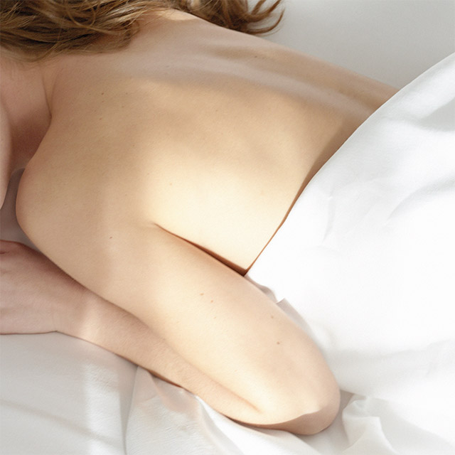 朝ゆっくりと過ごす女性のイメージ