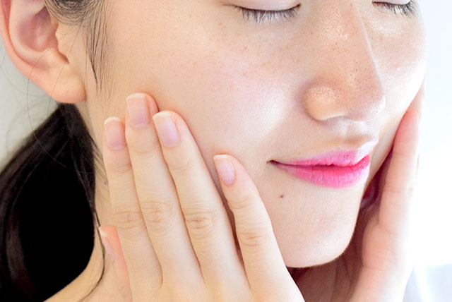お顔全体にON。すーっと広がり、うるおいがお肌*に浸透していくのを実感することができました。これでお肌に大切なビタミンケアしながら保湿もできるなんてとても嬉しいですよね。毎日のケアに欠かせないアイテムになりそうです。